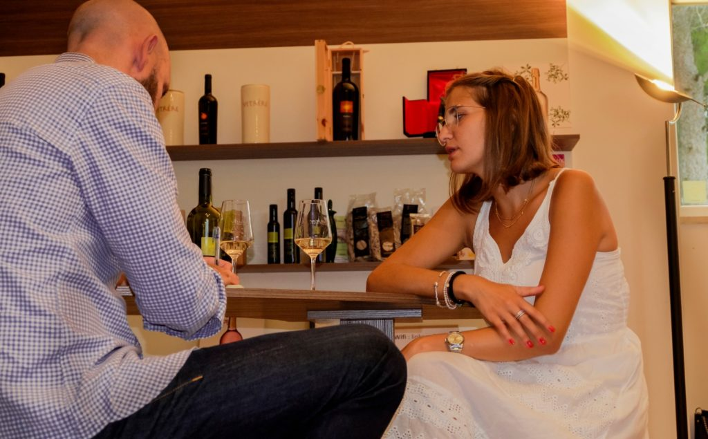 Intervista Vetrère tra calici di vino